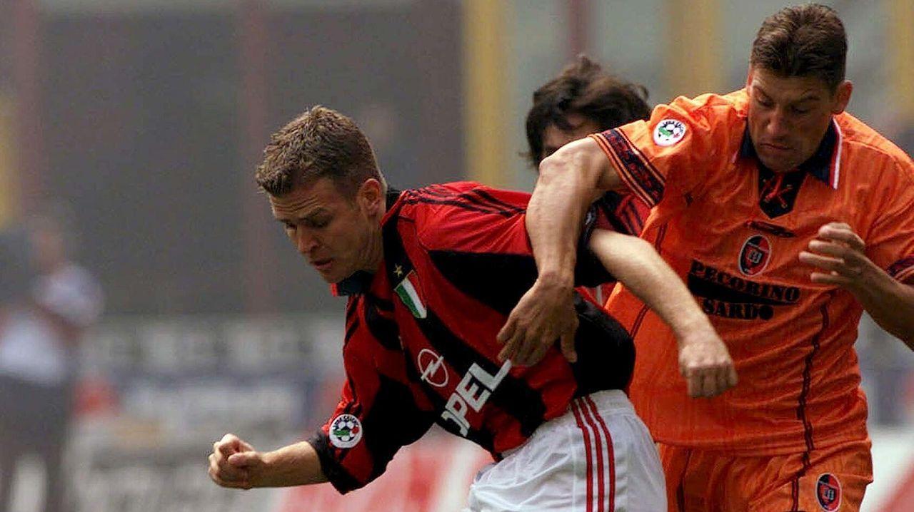 O'Neill durante su etapa en el Cagliari marcando a Bierhoff