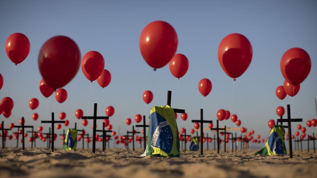 Banderas de Brasil y globos rojos atados a 100 cruces en la playa de Copacabana, en memoria de las víctimas fallecidas por coronavirus