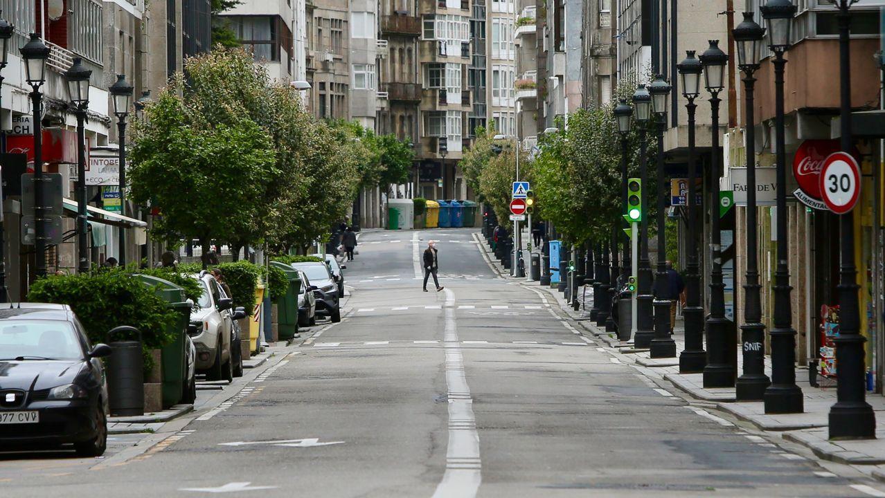 Imagen de una calle casi desierta en Vigo