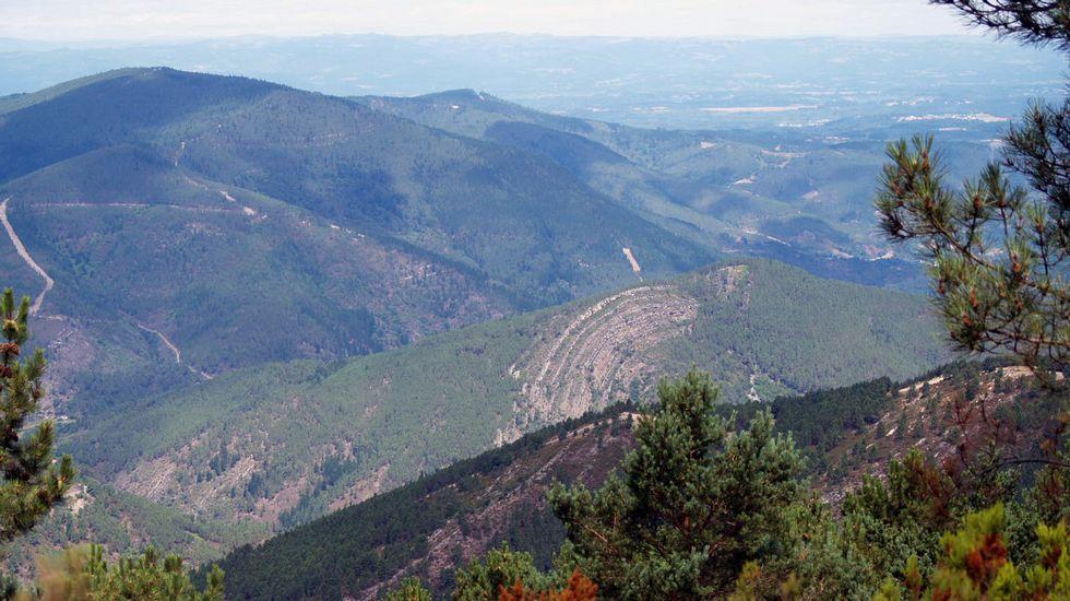 El afloramiento rocoso se distingue con claridad desde diversos lugares del monte Cerengo
