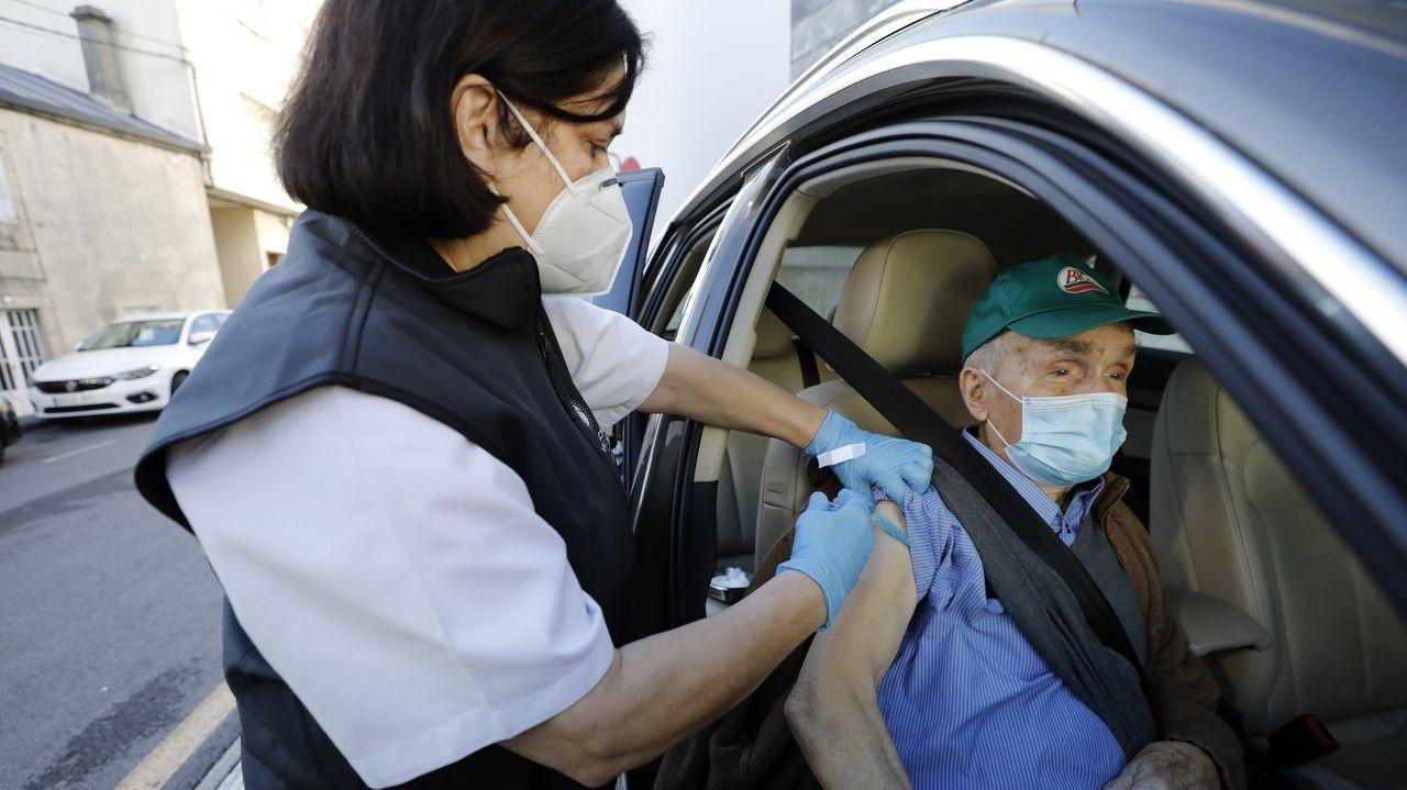 Este sábado arrancará en el hospital de Burela la campaña de vacunación masiva a personas de entre 50 y 55 años, casi tres semanas después de que comenzase la dirigida a mayores de 80 (en imagen)