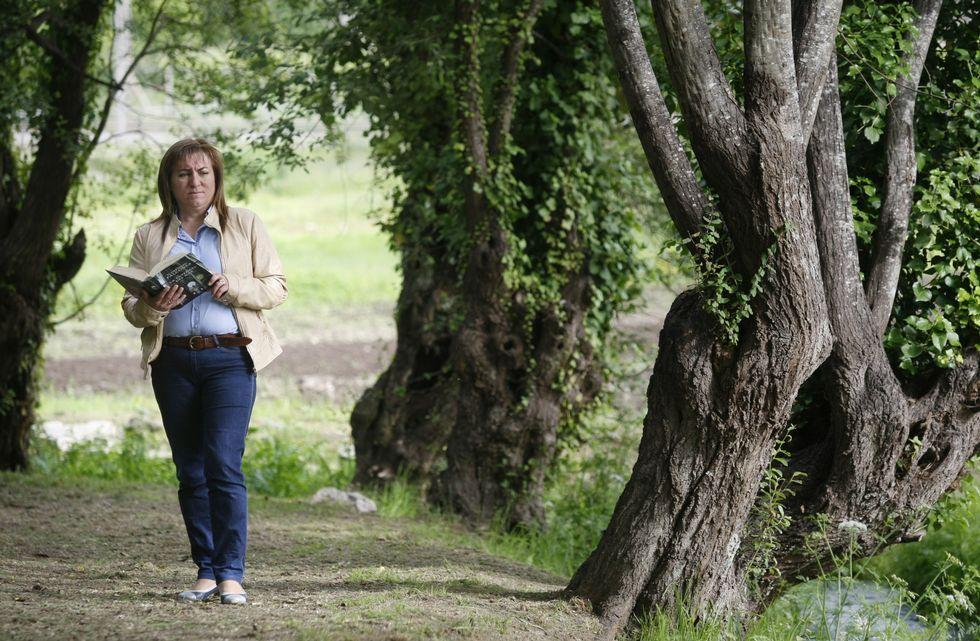 Lourdes, que se define coma unha persoa tranquila, ten coma afeccións ler e pasear.