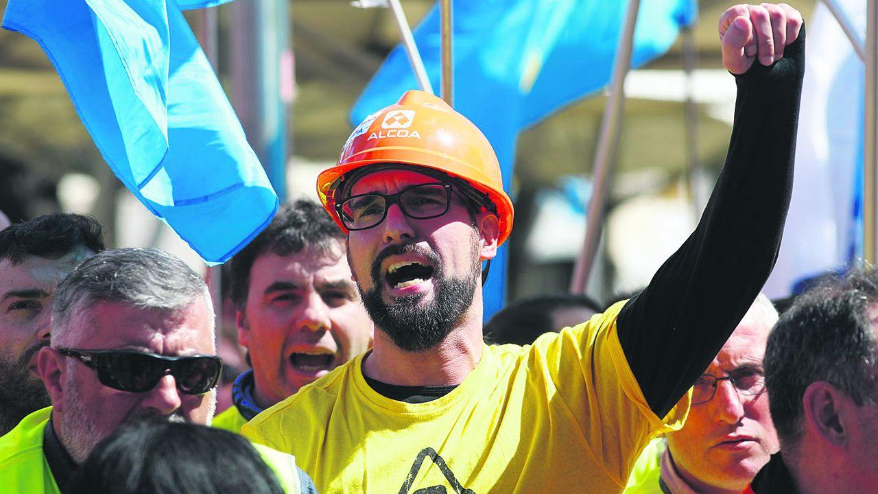 Un trabajador de Alcoa en una protesta