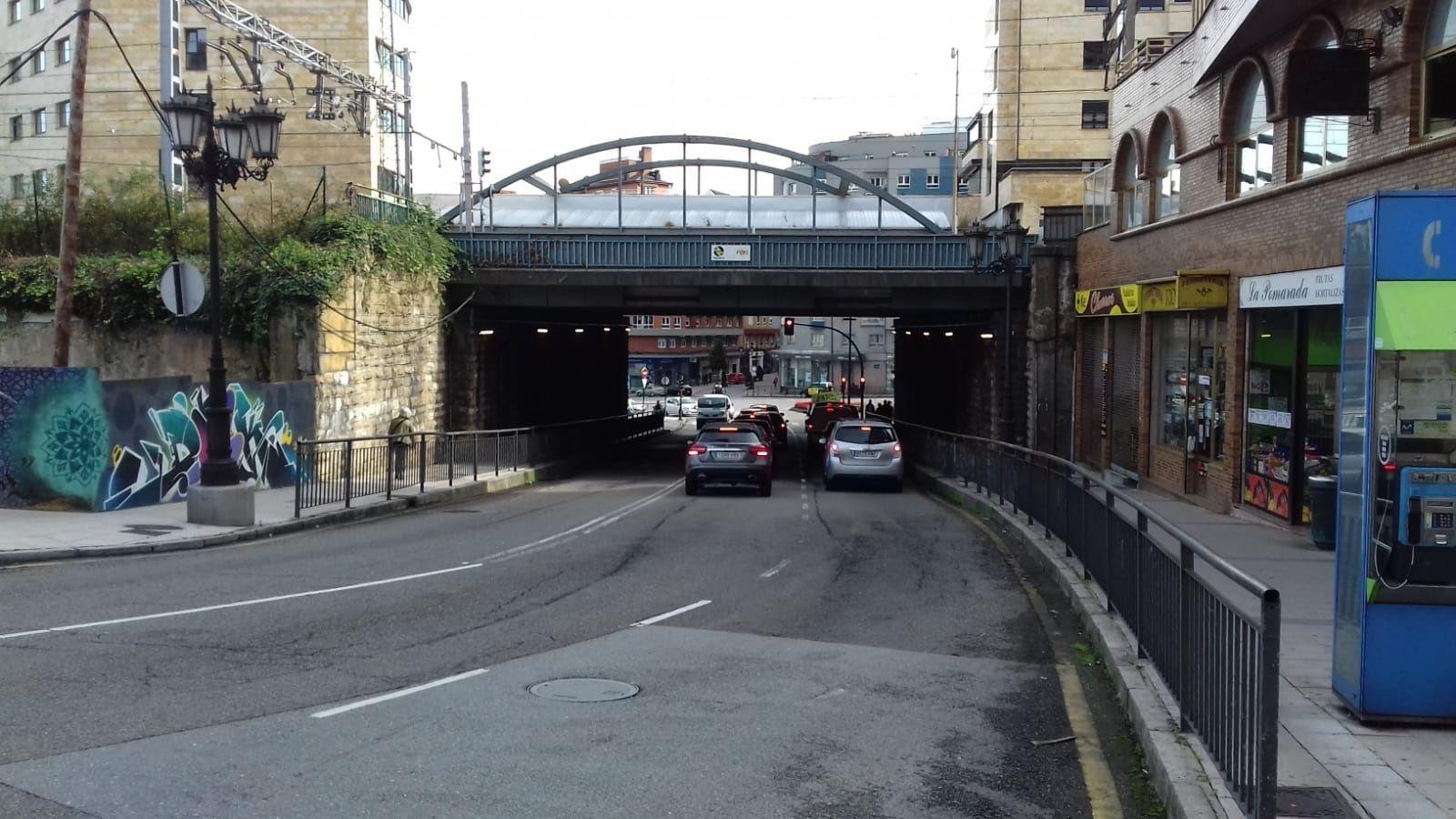 El Polígono: 40 años haciendobarrio.Puente de Nicolás Soria, en Oviedo