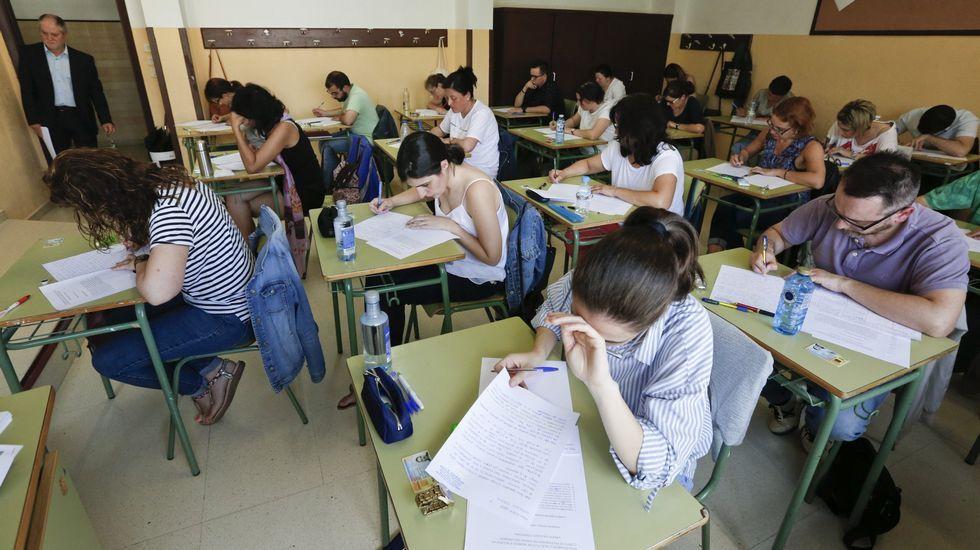 Los años con un mínimo de plazas en la oposición, en la imagen un examen en Lugo, explica en parte del envejecimiento del profesorado gallego
