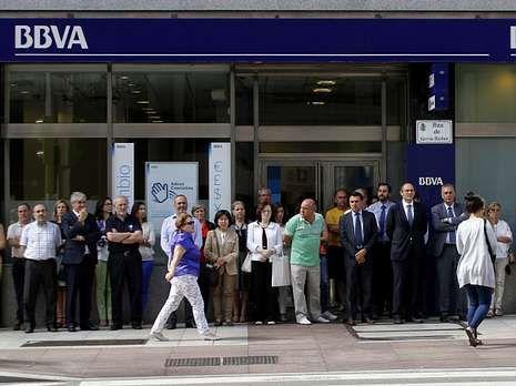 La Voz.En la esquina de los cuatro bancos hubo parón a las doce del mediodía y los trabajadores de las sedes principales salieron a la calle.