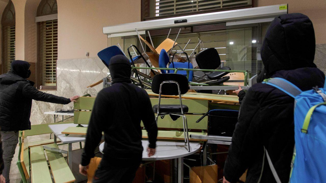 Seguidores del rapero Pablo Hasel preparan una barricada en la Universidad de Lérida