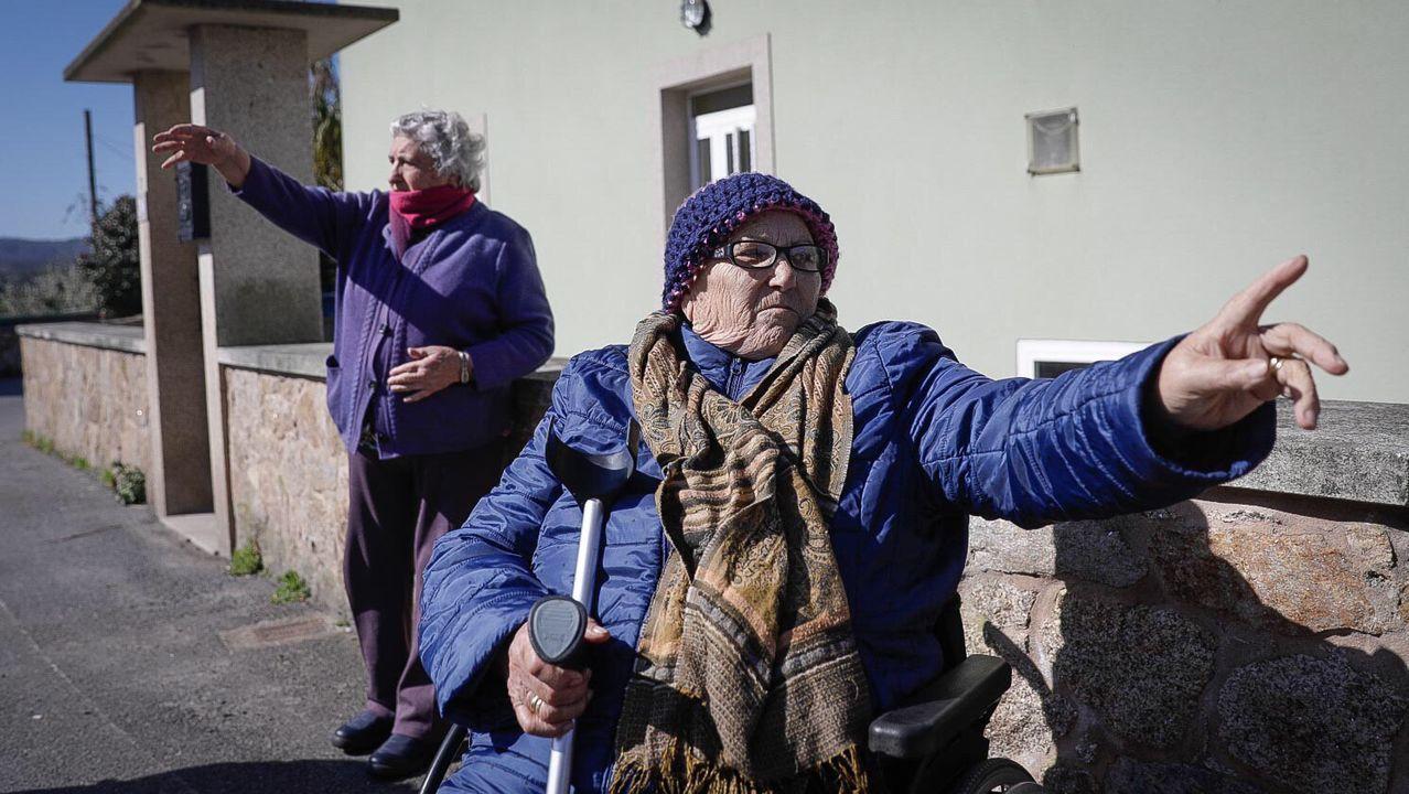 Proyecto Tabacalera Gijón puzle.Los participantes en la iniciativa posan con las letras que conforman centro sociocultural delante de la Casa del Chino