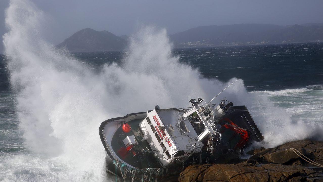 Las olas golpean en el Castro de Baroña el casco del Divina del Mar, encallado esta semana