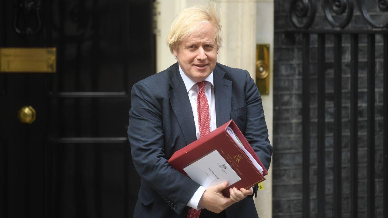 Manifestaciones en Londres yStuttgarten contra de las restricciones.El primer ministro Boris Johnson, esta mañana, en su residencia oficial de Downing Street, en Londres
