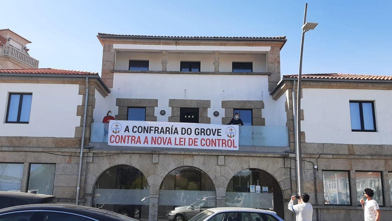 Pancarta en la cofradía de O Grove contra el reglamento de control pesquero