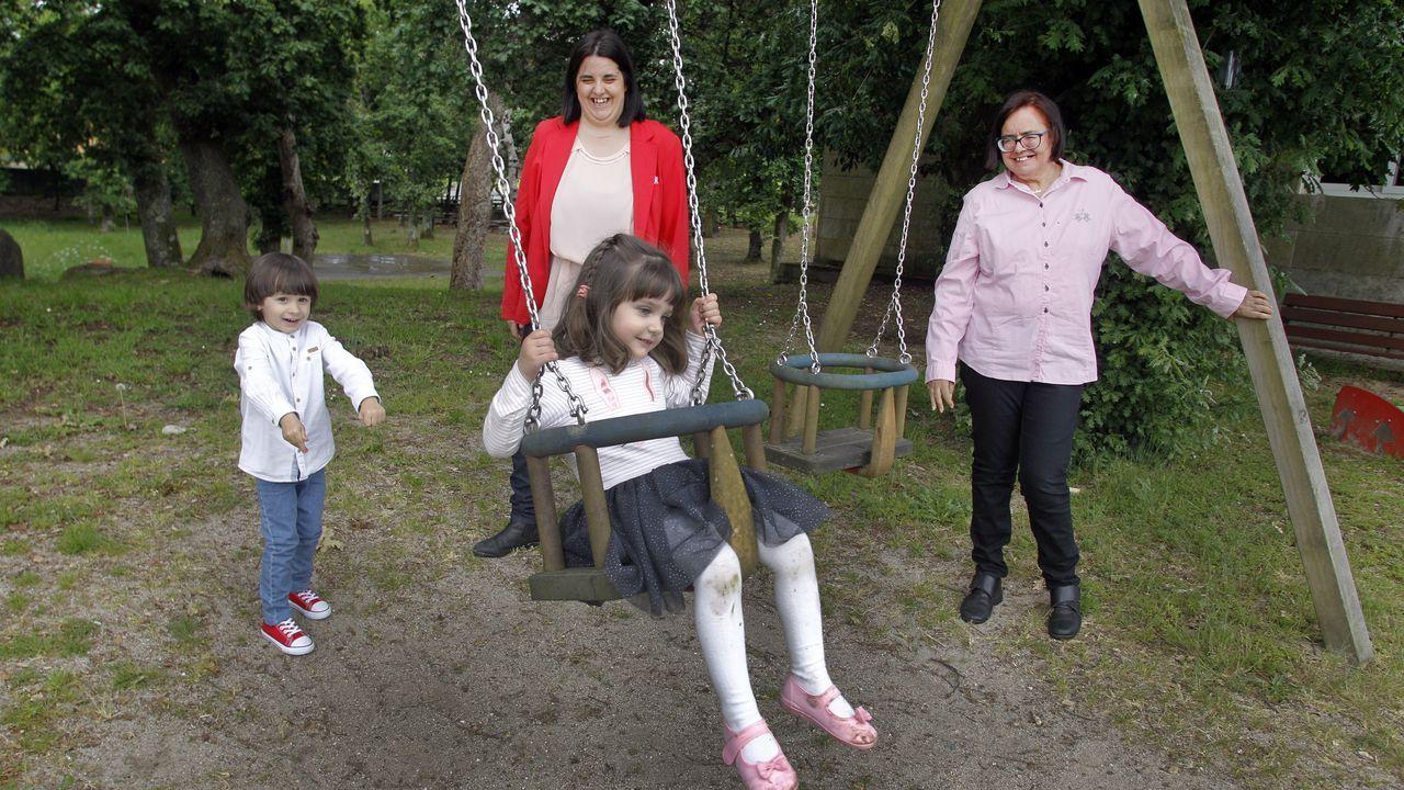 Laura junto a sus mellizos y su madre, Maribel