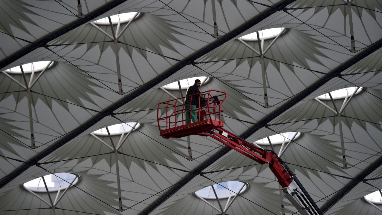 Un trabajador trabaja en la cúpula del Olimpiyskiy Stadium de Kiev, donde se enfrentarán el Liverpool y el Real Madrid en la final de la Champions League