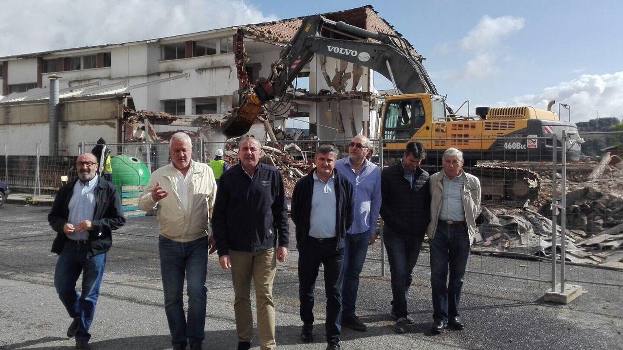 «Fame en Lugo» vuelve a su lugar de origen.Álvaro Pardo delante de uno de los autobuses que cubre la zona de Chinandega