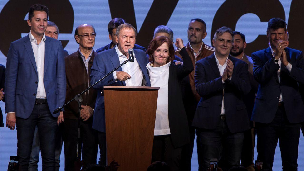 El gobernador de Córdoba, Juan Schiaretti, celebrando su reelección tras los comicios del domingo