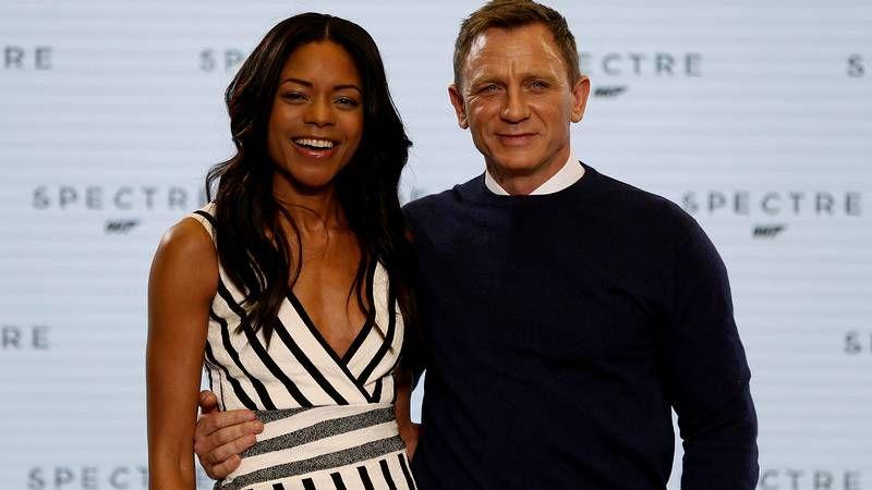 oscarsh.Daniel Craig, flanqueado por Naomi Harris, Léa Seydoux, Monica Bellucci y Waltz.