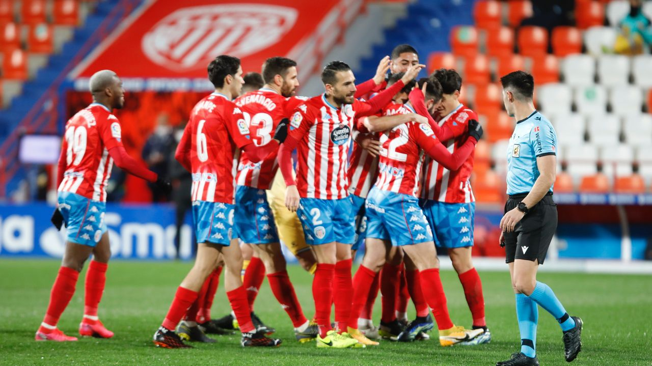 La trayectoria de Sopas en imágenes.Los jugadores del Oviedo celebran uno de los goles al Lugo
