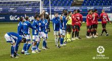 Los jugadores del Oviedo y del Mallorca antes del partido