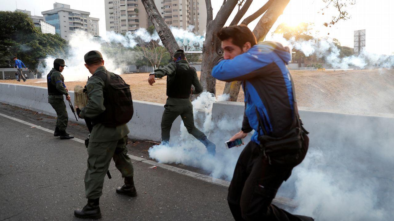 Así fue el momento en el que un tanque atropella a civiles en Venezuela.Simpatizantes del presidente interino Juan Guaidó ondean banderas este martes en la base militar La Carlota, donde se encuentra el presidente interino Guaidó y un grupo de militares que le apoyan.