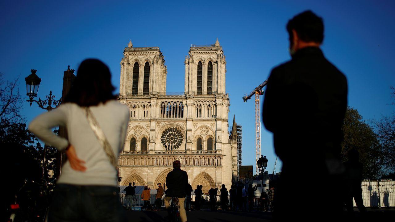 Así estrenó Galicia el cambio de fase.Franceses escuchan el repicar de las campanas en la catedral de Notre-Dame de París, un año después de su devastador incendio