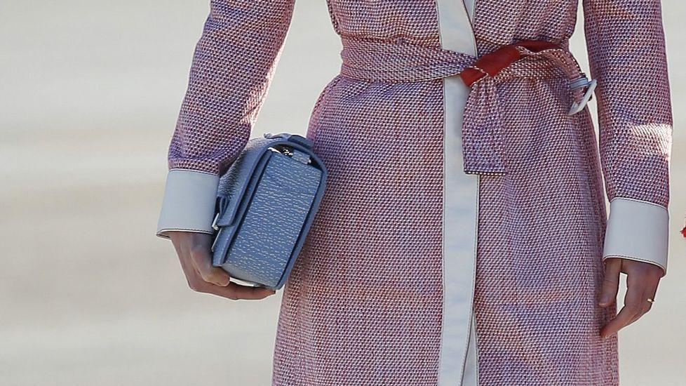 Detalle del bolso que llevaba Rania, en tonos azules.
