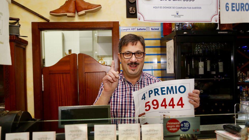 Arturo Losón, dueño del local, con el número premiado