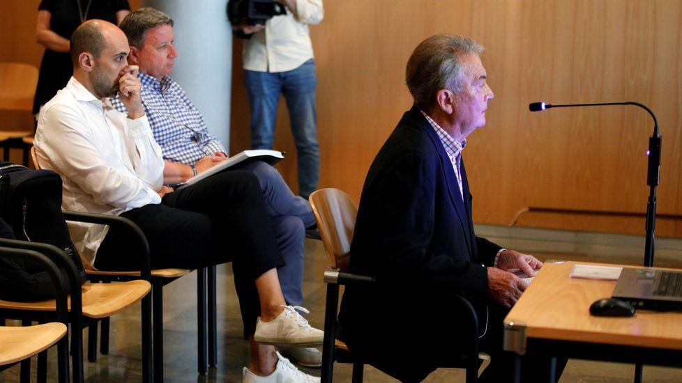 arrastrero .El exdirector de producción, Marc Martí (i), y el exempleado de Viajes ECI, José María Vigil (c), escuchan la declaracion del expresidente de la Fundación Centro Niemeyer, Manolo Díaz (d), al inicio de la sesión del juicio del caso Niemeyer
