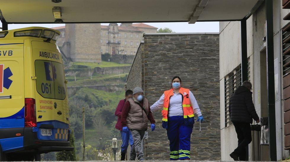 Cribado masivo en O Incio.Un trabajador de la residencia de mayores de O Incio, con traje de protección tras la detección del brote de coronavirus en el centro