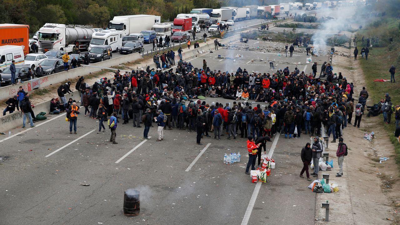 Imágenes de la intervenciónpolicial en la AP-7 y en el municipio de Salt.Nieve en la autopista del Huerna