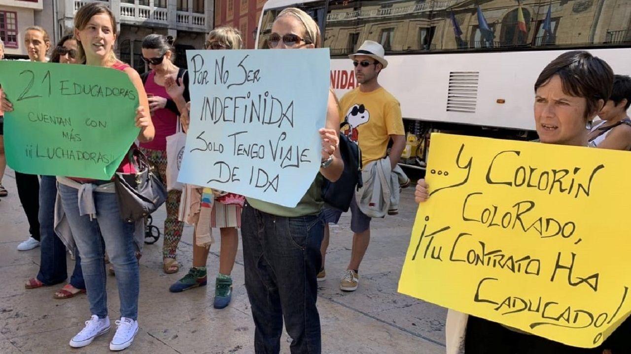 Un grupo de educadoras durante una protesta por sus despiedos frente al Ayuntamiento de Oviedo
