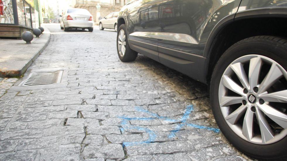 Marcas en el suelo hundido de la plaza del Callao para elaborar el proyecto para su reparación