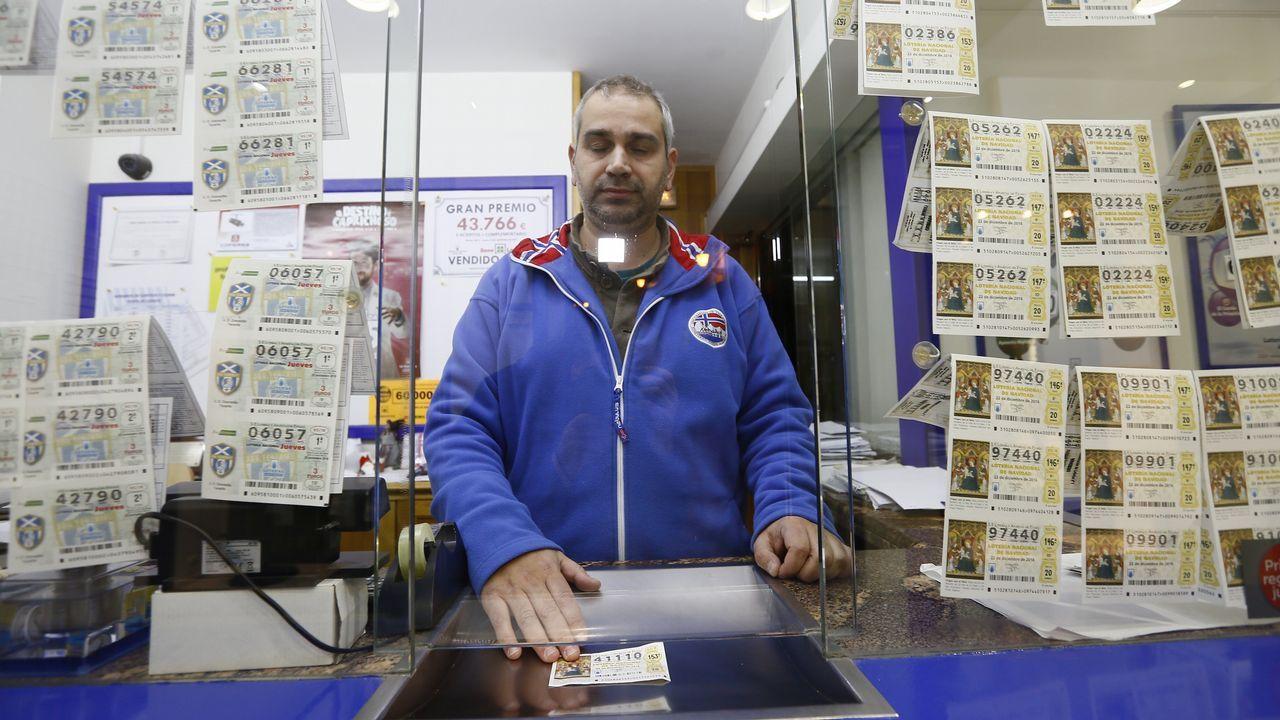 David Eimil, detrás de la barra del bar Cascudo, que vendió su lotería de Navidad en 6 días de julio