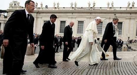 El papa Francisco camina durante la audiencia general en la plaza de San Pedro del Vaticano, el pasado día 9.