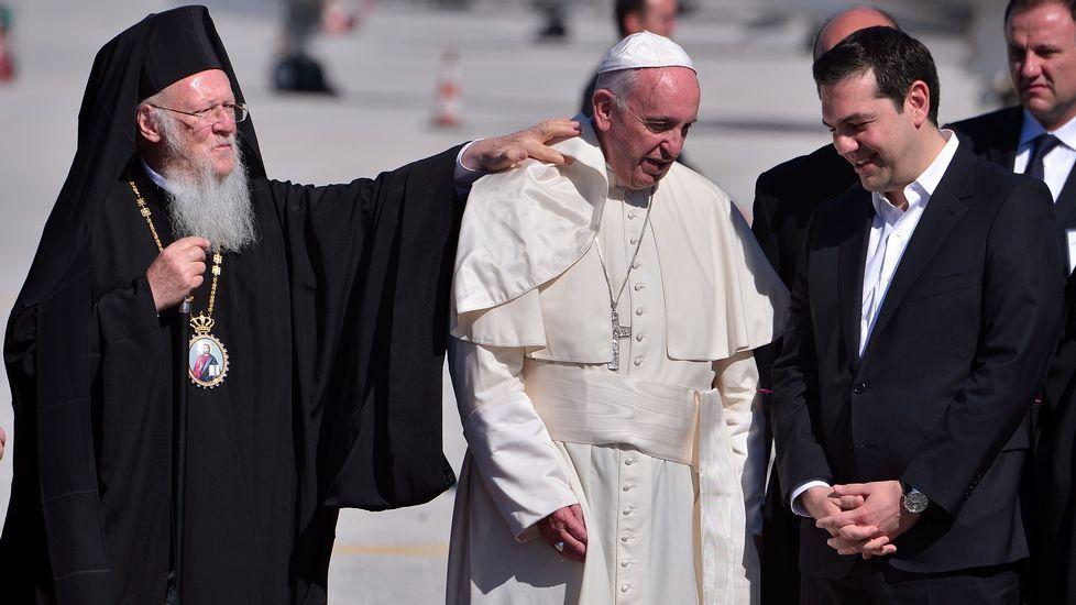 El papa arropa a los refugiados de Lesbos.Jaime Ortega, junto al presidente cubano Raúl Castro