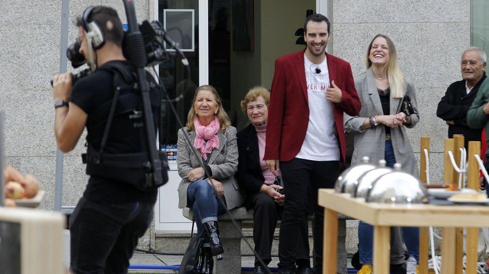 O presentador, Fran Cañotas, xunto a unhas espectadoras