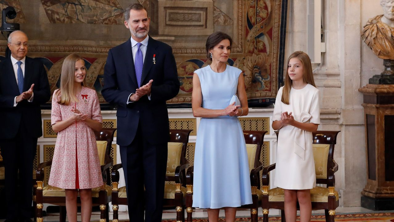 Los cinco años de reinado de Felipe VI en imágenes.Los reyes y sus hijas posan con los 41 galardonados con la Orden del Mérito Civil
