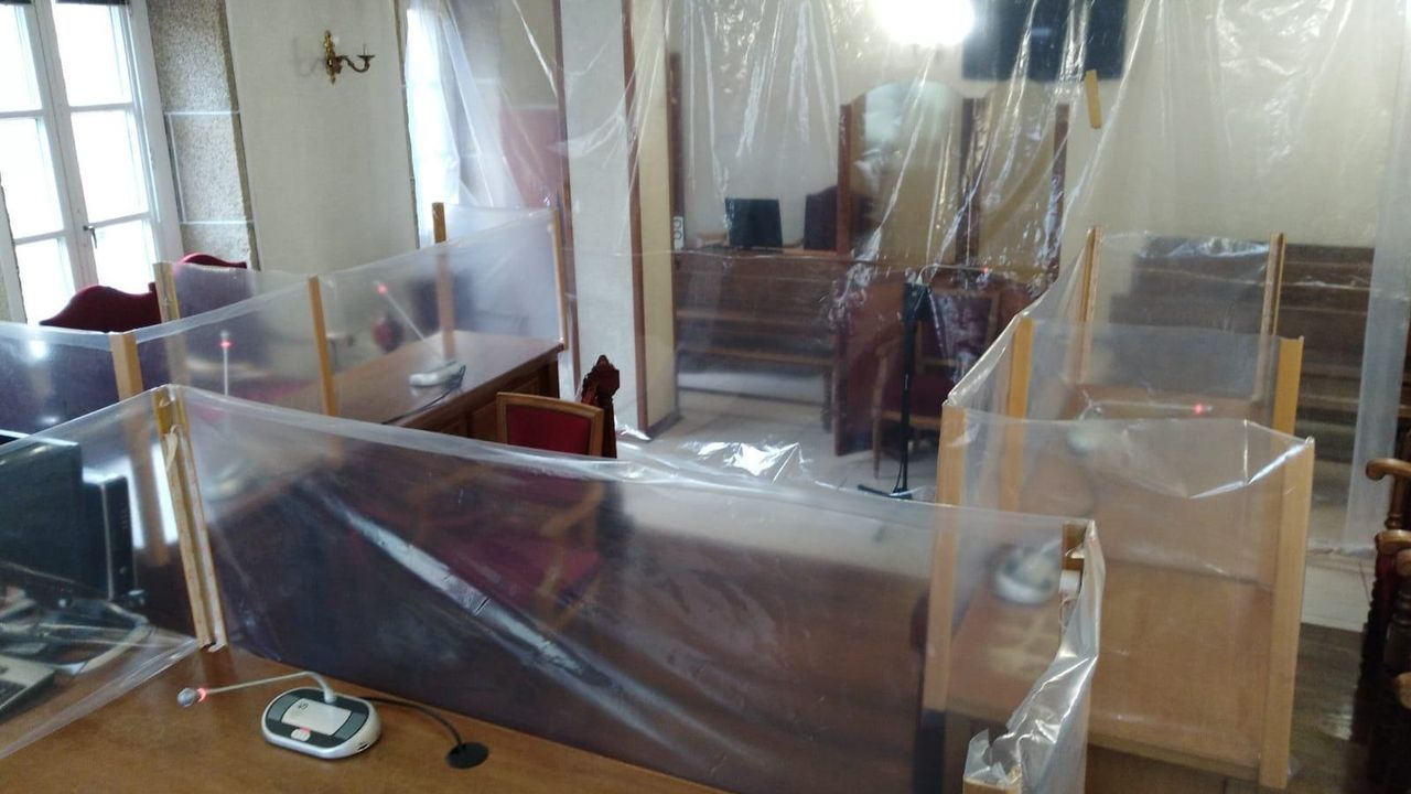 Imagen de plásticos colocados en un juzgado gallego que ya fueron retirados por orden del Tribunal Superior de Xustiza