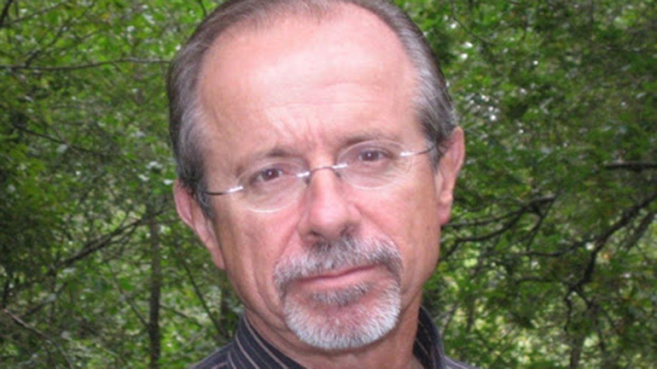 Una manada de lobos come de una carroña..Jorge Marquínez García