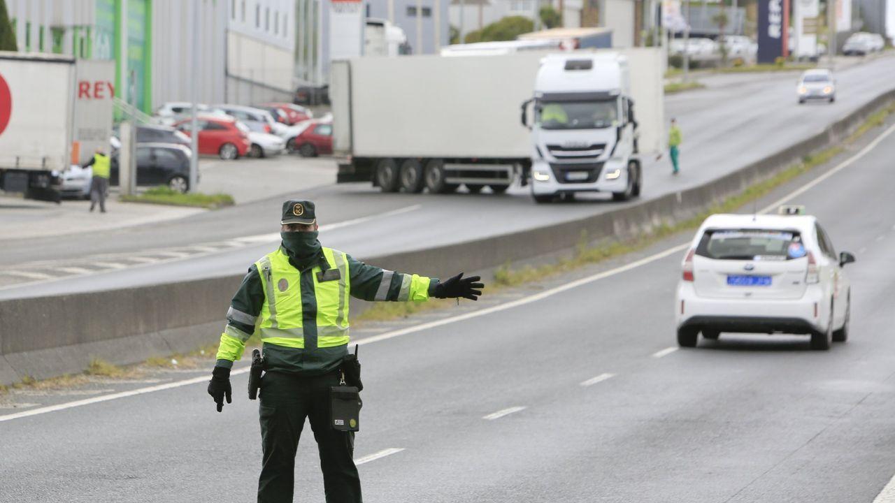 Un guardia civil de tráfico con mascarilla en un control de carretera cerca de Lugo