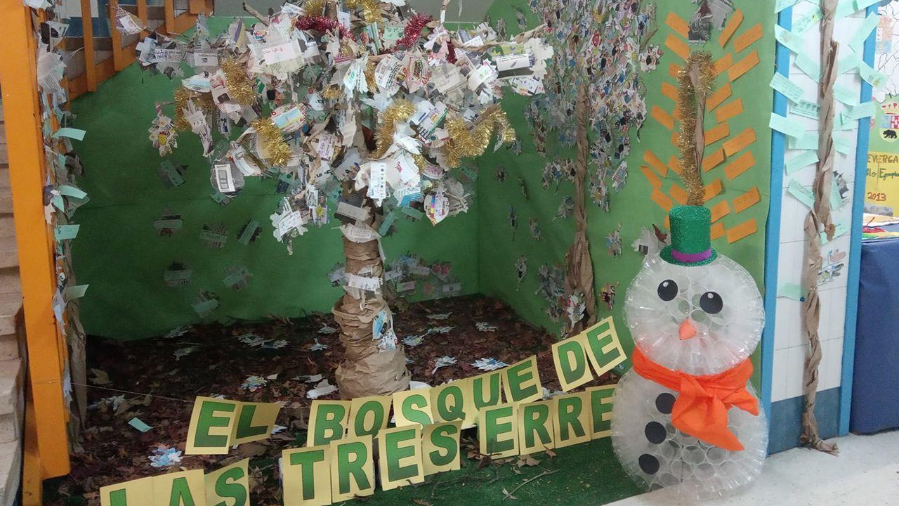 Muñeco de nieve hecho con vasos de plástico del colegio Novo Mier