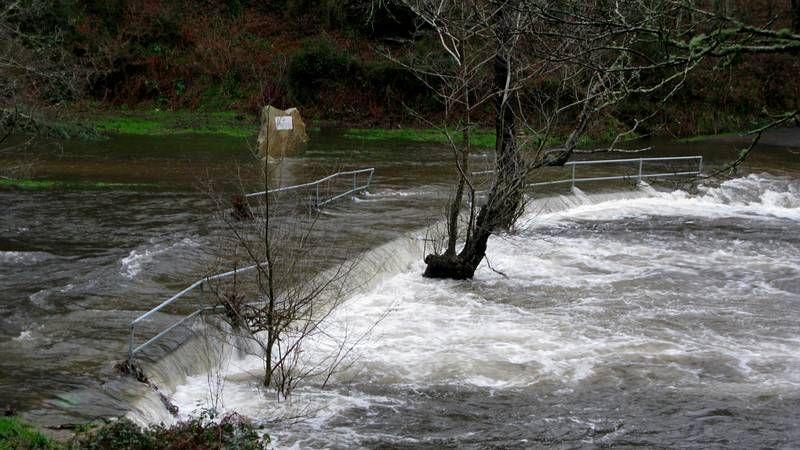 Nuevo desbordamiento del río Barcala en el paseo fluvial de Negreira