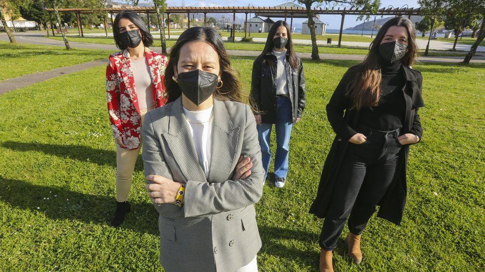 Vaquero, en primer plano, con tres de las mujeres adheridas al proyecto: Andrea Díaz, Paula Castiñeira y Melina Pazos