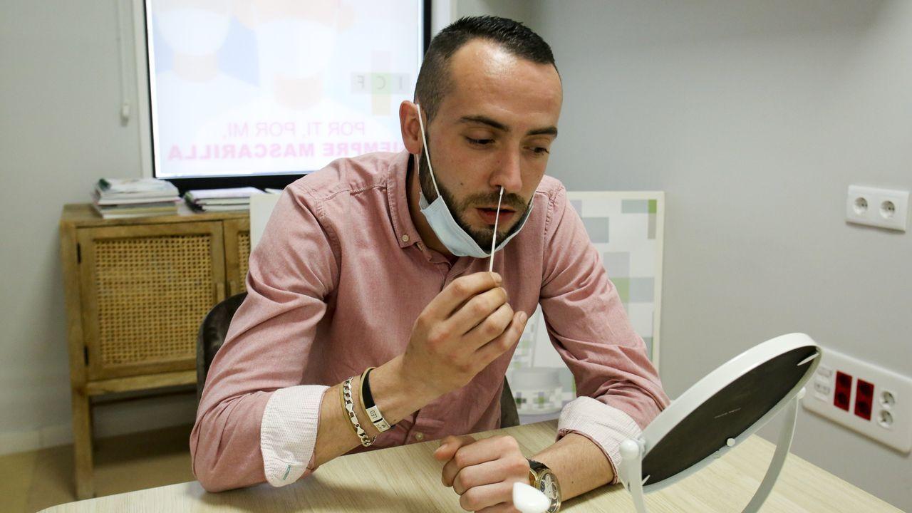 En la imagen, una persona se toma la muestra para hacer el test de antígenos en la farmacia de Isabel Campo