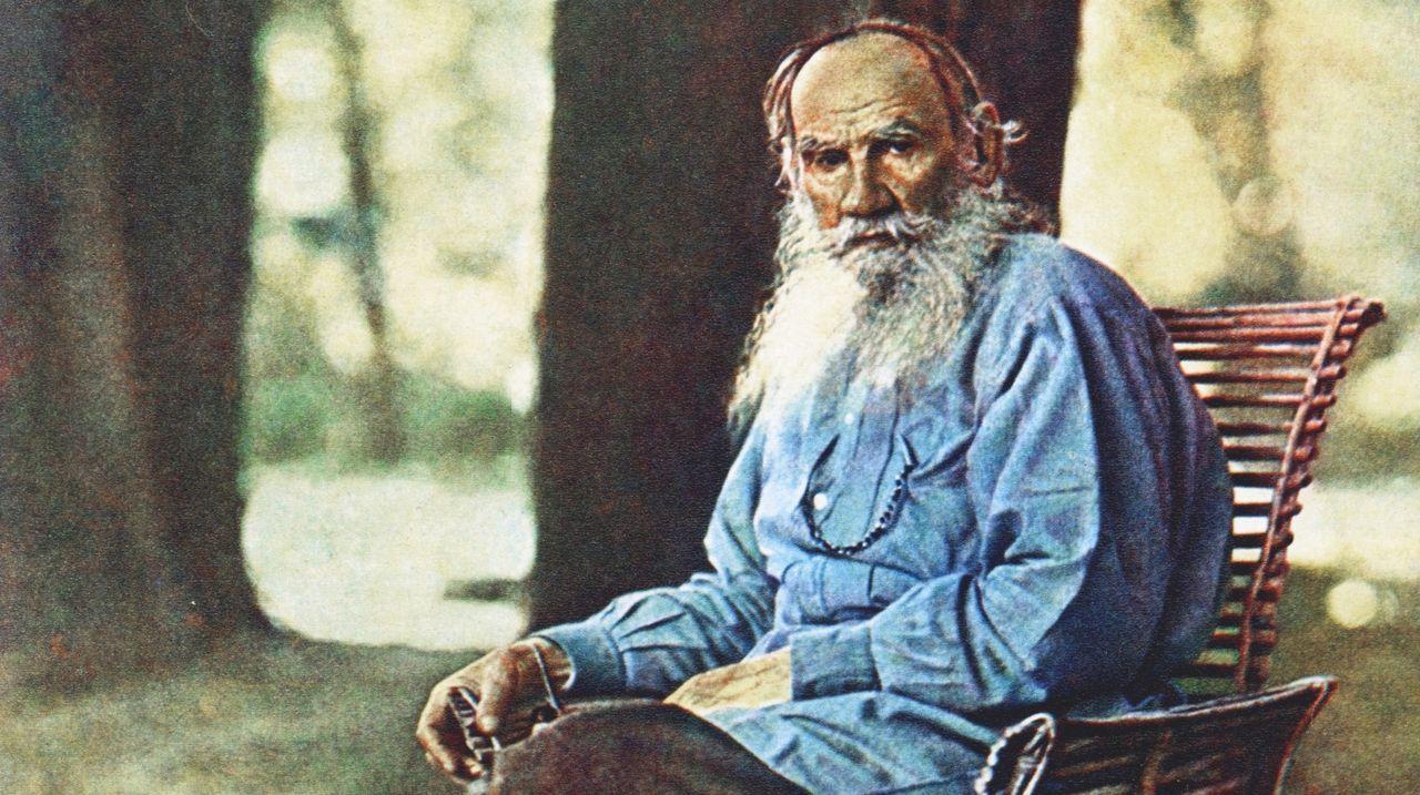 Retrato en color de Lev Tolstói en la propiedad de Yásnaia Poliana, realizado por Prokudin-Gorskii en mayo de 1908