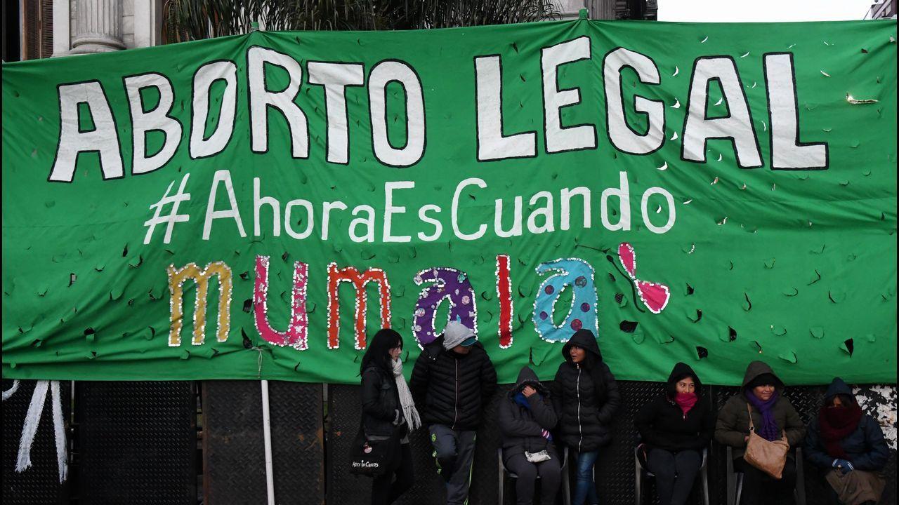 Manifestantes a favor de la legalización del aborto en Argentina