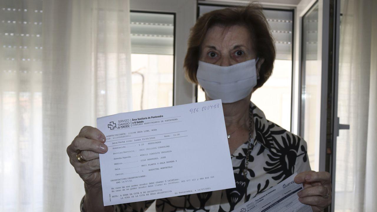Concentración por la sanidad en el centro de salud de Baltar.Rosa Uhía muestra el papel con la cita de su consulta en urología para el 23 de mayo del 2022