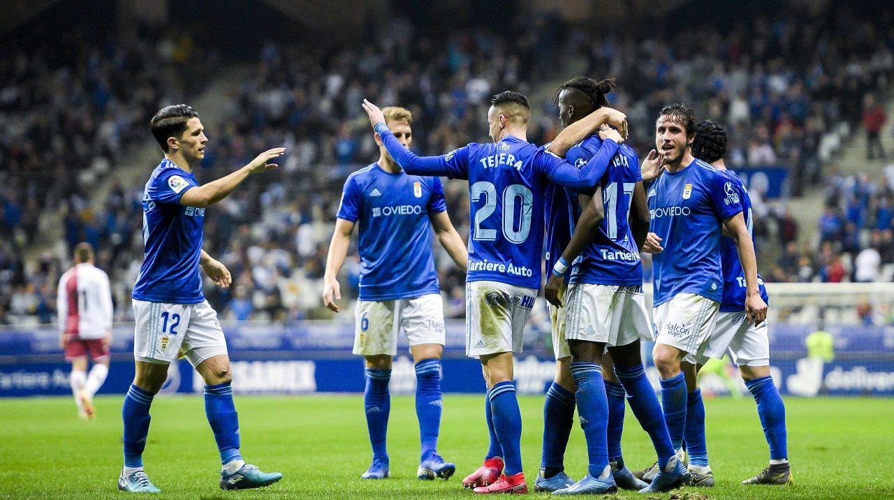 Los jugadores del Oviedo celebran uno de los goles ante el Albacete
