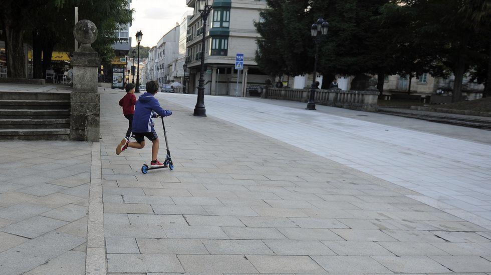 Patinetes eléctricos de uso compartido, aparcados en la playa de Poniente, Gijón.Nuevas tecnologías