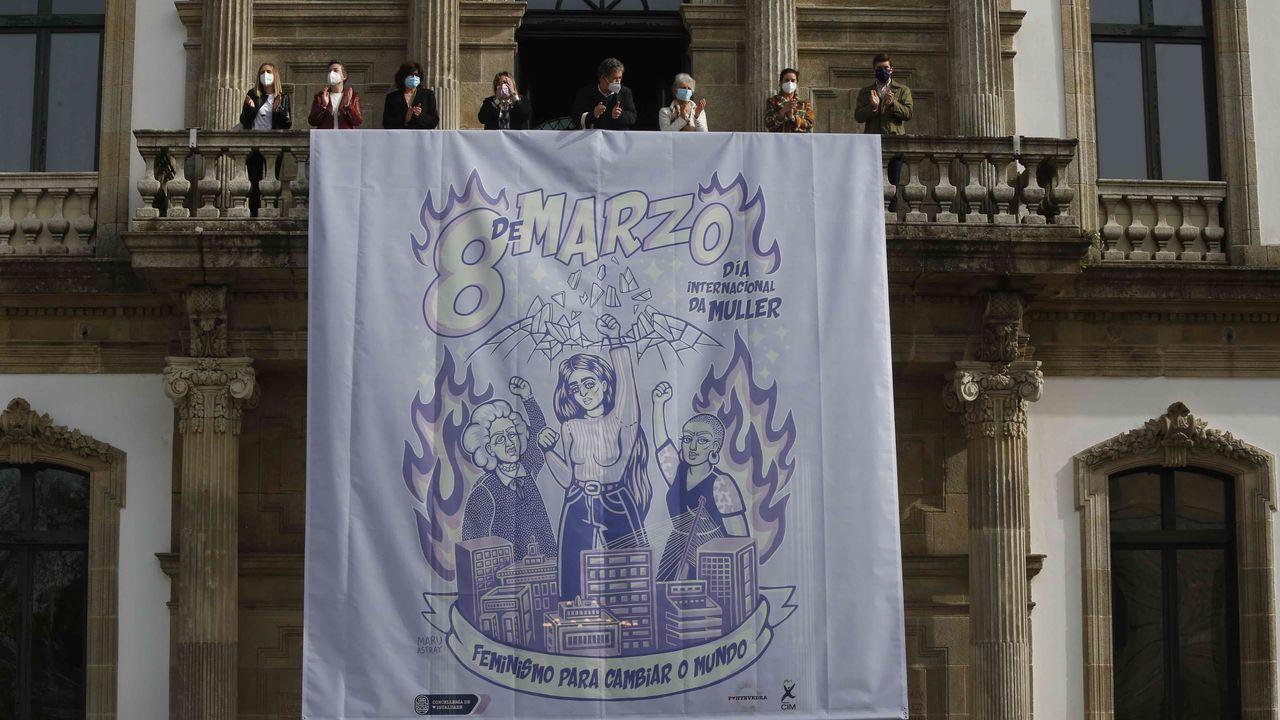 8-M. Día da Muller en Pontevedra.Despliegue del cartel reivindicativo del 8M en el Concello de Pontevedra