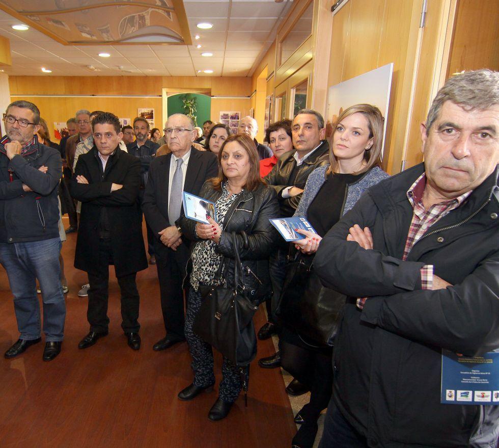 Los fondos artísticos del Torrente Ballester de Ferrol.Gómez entregó una metopa a la mancomunidad Arousa Norte y otra al Concello pobrense durante la apertura de la muestra.